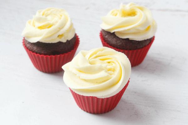 how-to-make-santa-hat-cupcakes-1